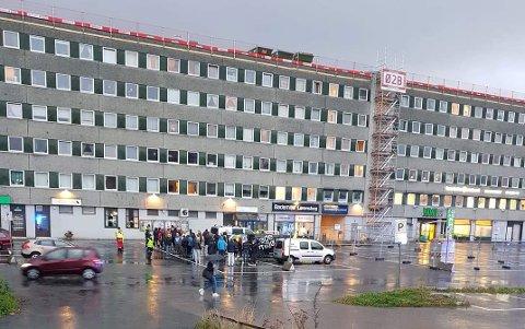 EVAKUERT: Beboere i øverste etasje ble fredag morgen evakuert som følge av brannen på taket.