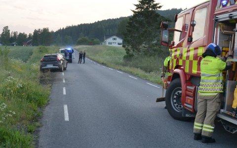 HENTET: Her blir sjåføren tatt med av politiet etter utforkjøringen.
