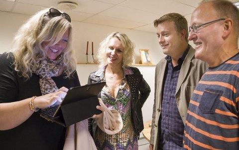 GODE HJELPERE: Thor Eivind Sund og Tor Monsen i Røykenhuset 0–23 setter stor pris på Nina Marheim Sørsdal og Tone Skaaleviks initiativ og engasjement for flyktningene i Røyken, og sier ja takk til tilbudet om hjelp.