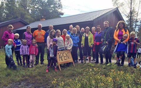 SESONGÅPNING: Til sammen var over 400 personer innom ROS-hytta i løpet av søndagen. Her er gjengen vi møtte i 15-tiden, sammen med hyttevertskapet bestående av blant annet Egel Holmquist, Rine Rud og Eva Norén Eriksen.