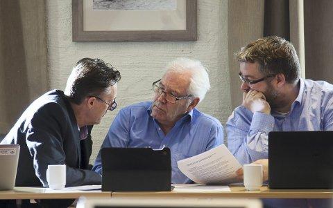 REAGERTE 2: Håvard Vestgren (t.v.) fikk med seg Børre Pettersen, Lasse Thue og resten av formannskapet.