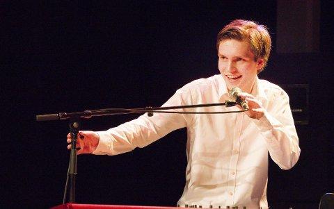 LOKALT BIDRAG: Johannes Flåten Sky fra Båtstø er lokal olsok-musiker under konserten i Åros kirke.
