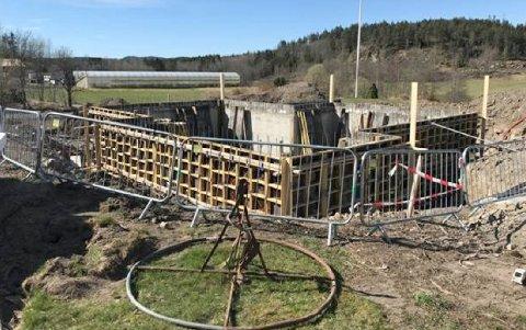 MÅTTE STOPPE ARBEIDENE: Jørgen Sæthre er oppgitt over at Asker kommune har bedt ham om å stoppe byggearbeidene i Husebyveien. - Jeg har ikk ement å gjøre noe galt, sier han.