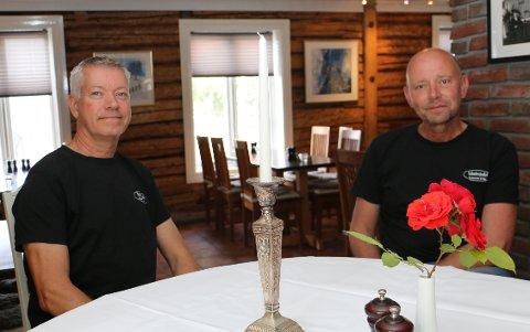 SOLGT: Eierne Dag og Svein Leirstein sier seg fornøyd med salgssummen for restauranten Schulestedet i Holmsbu. Om kort tid overtar nye eiere.