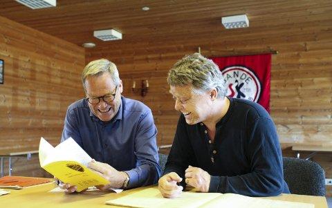 Mimrer: Latteren sitter løst når forfatter Lars Aaserud og sportsklubbleder Sven-Ove Johansen trekker fram gamle historier.