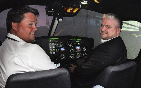 OMVISNING: Statssekretær Tom Cato Karlsen, fikk blant annet prøve seg i simulatoren sammen med Atle Solum (t.v.), accountable manager i EHC. Foto: Lily Marcela Gundersen