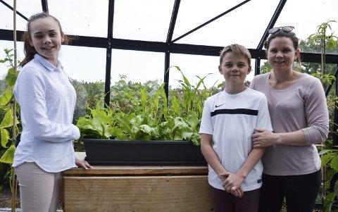 1: Charlotte Carlsen (t.h.) og barna Lotte Emilie (15) og Tage Olai (11) stortrives med drivhus i hagen. Hele familien nyter godt av det de dyrker.   2: I gamle dager, før poteten kom til Europa, ble jordskokk mye brukt isteden.   3: Fersken er én av mange frukt og grønt som finnes i drivhuset   4: Lotte Emilie sørger for at tomatene hun plantet har det godt.   5: Turid og Einar Ditmansen dyrker mange ulike grønnsaker, frukter og urter i hagen sin. Ekstra stolte er de av den flotte aspargesen de viser fram her.