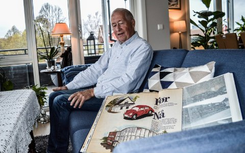 MINNER: Oddvar Hoel (71) nyter gode dager på Mo Terrasse med kona Laila (70), som har laget minneboka om Volkswagen og Audi-epoken. Her kikker han på klipp fra da nybygget til Næss Auto i Gokstadveien ble tatt i bruk i 1998.