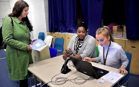 Føltes riktig: – Det er første gang det har vært deilig å stemme ved et lokalvalg, sier Jane Hupe som føler seg hjemme hos MDG. Her er hun sammen med valgmedarbeiderne Malin Tofteberg og Linda Rubasha. foto: jarl morten andersen