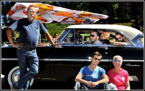 Videoinnspilling: Tormod Magelssen (fra venstre) låner bort sin 1954 Ford Crestline Victoria, så Stian Joneid, Snorre Walther og Eivind Ystrøm Petersen (i bilen), Kim Wifladt og Elisabeth Navestad Mikalsen (sittende foran), kan bruke den i videoen til låten «Isi Bar».
