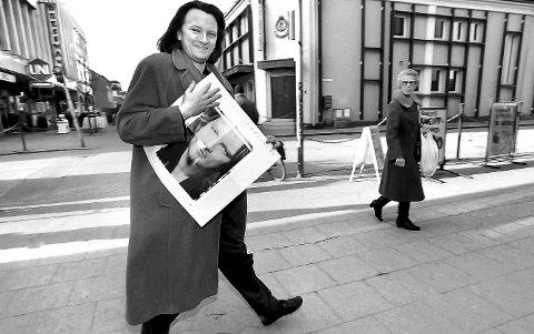 1991: Artisten Jan Eggum vandrer i St. Marie gate, gågata i Sarpsborg. I en stilig kamelhårsfrakk, og med albumet «Underveis» under armen. Han er i byen for å promotere sitt tiende av totalt 24 i karrieren. Før bildet var tatt, satt vi inne hos Borg Musikk, som i mange år var byens desidert beste platebutikk. Der har undertegnede kjøpt mye god musikk der. Mener allerede fra 1975/76. Før journalisten kom til intervjuet, fikk jeg prate med hr. Eggum i ca. 20 min. på tomannshånd. Og for en hyggelig og ydmyk mann. Min favoritt i gruppa Gitarkameratene, som for øvrig så dagens lys i Sarpsborg i 1987. Gleng-legenden Bjarne Aaserød skal vel ha mye av æren for det. Ellers kan det sies mye om denne meget dyktige artisten, som er født i Bergen 8 desember 1951. Han bor i dag i Oslo. Ble innlemmet i Rockheim Hall of Fame i 2012. Han fikk Spellemannsprisen i 1977, og kom med sitt første album i 1975. Det albumet het: Jan Eggum.