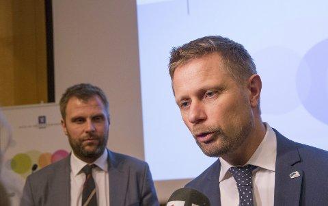 Aps Torgeir Micaelsen (bak) er skuffet over at Bent Høie ikke innfrir sine mål med norske sykehus.