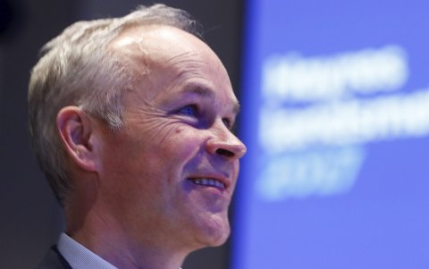 – Digihjelpen er en viktig investering for å hindre et digitalt klasseskille, sier kommunalminister Jan Tore Sanner (H).