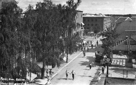 HISTORISK MOTIV: Christian Granli lurer på hvem det er som leier nederst på dette bildet, som ble tatt i Eidsbergveien i Askim rundt 1935.