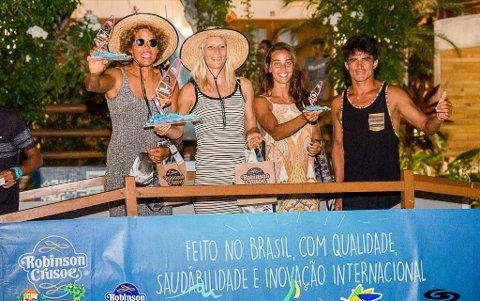 STORT ØYEBLIKK: Oda Johanne Stokstad Brødholt (i midten) fra Hobøl gikk til topps i Jericoacoara i Brasil og slo verdenseneren Sarah Quita Offringa (t.v.) for aller første gang. Her samme med Aurora d'Apolito fra Brasil, som ble nummer tre i øvelsen wave (bølgeseiling), og en fra arrangøren.