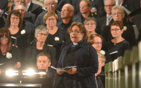 LESTE: Sogneprest Solfrid Leinebø Seljås ønsket velkommen. Hun leste også opp to bibeltekster. Foto: Glenn Thomas Nilsen