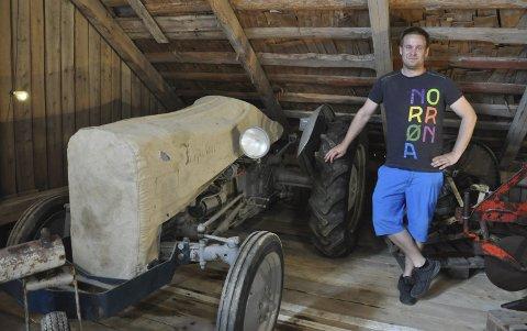 Lars-Kristian Kjølberg har fått tak i flere trekk til traktorer, som var til salg på 50-tallet.