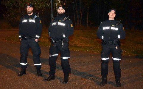 POLITIET VAR TIL STEDE: Tre uniformerte polititjenestemenn sto forholdsvis diskret utenfor banen og overvåket situasjonen.