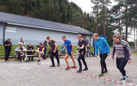 KLAR: Nokre av seniorane på startstreken for skogsløp under samlagsstemnet på Hafslo.