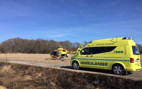 TIL SYKEHUS: To personer fraktes til sykehus etter brann i en campingvogn, én av dem i luftambulanse.
