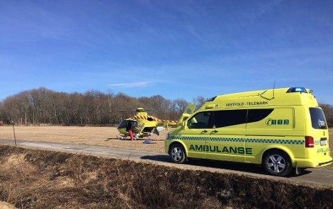 TIL SYKEHUS: To personer ble fraktet til sykehus etter brann i en campingvogn, én av dem i luftambulanse. (Foto: Bjørn-Tore Sandbrekkene)