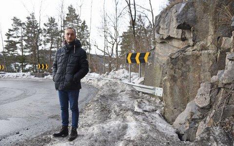 TILBAKE: For første gang siden ulykken natt til søndag 25. juni i fjor, er Sondre Isnes Nilssen (22) tilbake ved fjellveggen i Brekka-svingene. Det var både vondt og viktig for han, for å komme videre.