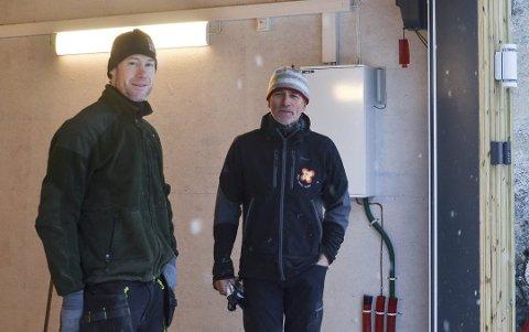 Fornøyde: Odd Inge Nilsen (f.v.) og Einar Amundsen forteller at de er mer enn fornøyde med det endelige resultatet. Siden desember i fjor har de tatt i bruk garasjen.