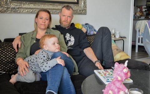NY SITUASJON: Therese Wikøren Skarvold og Per Magne Johansen, her med datteren Othelia, hadde aldri forestilt seg at de kunne blir permittert fra det de anser som trygge jobber. Nå presser viruspandemiens følger familieøkonomien. Foto: Tone Merethe Ude