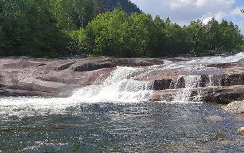 BADE-PERLE: Røyslandsbergo har kulper i elva, som er formet som vaskede svaberg, i det som er et av Tinns mest populære badesteder nå det er varmt i været, samtidig som det for andre er en ukjent badeperle.