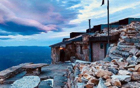 HYTTE MED UTSIKT: Du kan få overnatte i Gaustatoppen turisthytte i år, men da må du forhåndsbestille. (Foto: Jorunn Karlberg Tveiten)