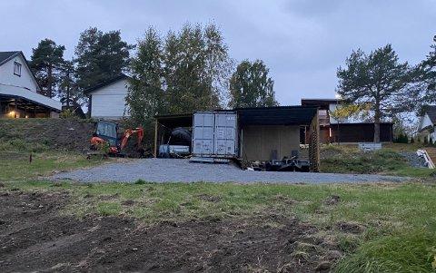 – PASSER IKKE INN: Ifølge byggesaksenheten, anses denne carporten som en vesentlig ulempe for omgivelsene i et etablert boligområde.