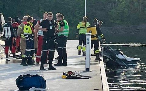 ULYKKE: Det var tidlig søndag morgen at nødetater i Porsgrunn rykket ut til havna ved Herøya søndag. Der hadde en vannskuter blitt knust og fører var skadet etter en kollisjon med en brygge på stedet.