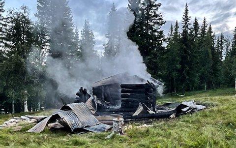HJARTDAL: Hytta ble totalskadd i brannen, som skjedde natt til mandag. Hytta lå 12-15 minutters gange fra vei på en setervoll.
