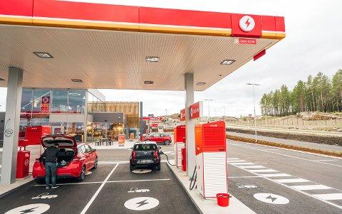 KREMSTASJON: Circle K Kongsbergporten er en av få ladeplasser der man kan lade under tak samtidig som man har tilgang på mat, kaffe og toaletter. (Terje Borud/Circle K)