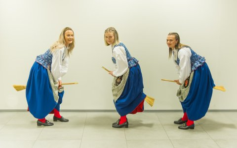 Fra venstre søstrene Malin, Marita og May-Iren Artvåg Ersvik med sin kommentar til den kokende regiondebatten på Smøla.