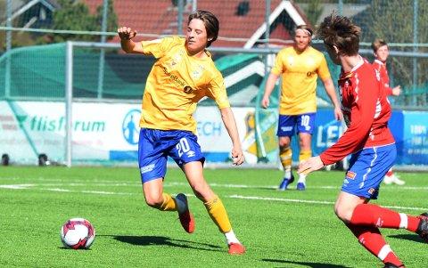 Dahle er satt opp med hjemmekamp mot Eide/Omegn i seriepremieren i 4. divisjon. Her fra kampen mellom de samme lagene i 2019. Vi ser Mats Tolcsiner i gul drakt.