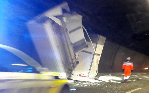 STENGER ET FELT: Det ene løpet i sørgående felt i Hillestadtunnelen er stengt onsdag morgen.