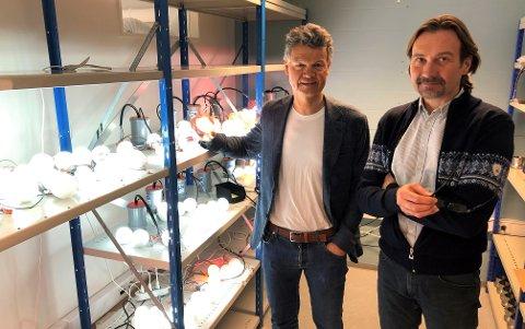 LYSER OPP: Daglig leder Steven Foss (til venstre) og prosjektleder Geir Henninen har jobbet hardt for å kapsle inn LED-lys til bruk langs nye E6 nord for Oslo.