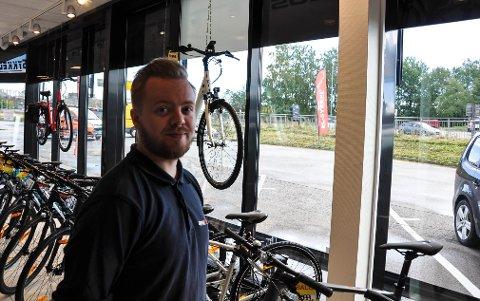 UTE AV TELLING: Martin Abrahamsen liker å følge med på sykkeltelleren som står på gang- og sykkelbroa utenfor jobben på Kilen.