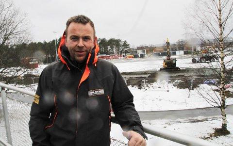 SKAL BYGGE NYTT: Fredrik Holmen er mannen bak MUS (Maskinutleie Stjørdal). Nå skal han flytte bedriften og bygge nytt forretningsbygg. Dette bildet er tatt i forbindelse med byggingen av den nye arenaen til Stjørdals-Blink Fotball, som nå heter MUS Stadion Sandskogan.