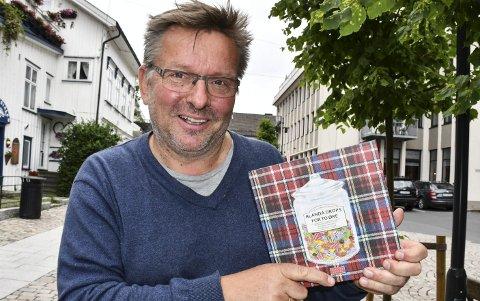 Rykende fersk bok: Gunder Christophersen har nylig gitt ut en bok om lokale landhandlere i Tvedestrand. Foto: Anne Dehli