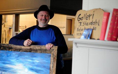 Pynter lokalene: Kunstner Kristen Stavdahl pynter veggene på Bakeriet i Bagn sin kafe på Fagernes med malerier.