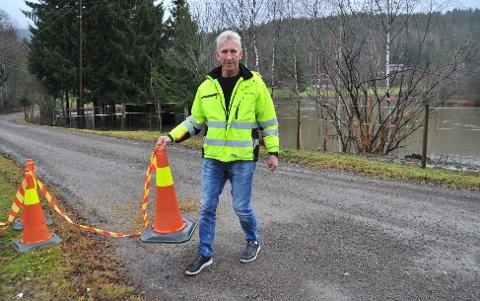 VANNPÅRETUR:Avdelingsleder Roar Vika slår mandag formiddag fast at Nitelva er på retur, og han åpner derfor veien på Måsan igjen for trafikk.