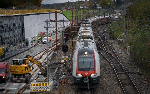 Et tog i retning Moss triller inn på Ski stasjon.