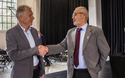 KLART FOR REPRISE? Ordfører Rune Høiseth (t.h.) gratulerte Kristengård som konstituert rådmann i Larvik i fjor høst.