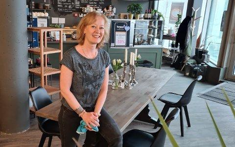 Lise Johnsen i Fru Johnsen synes det blir spennende med et nytt spisested på Tangen Senter og ser på det som en berikelse for senteret.