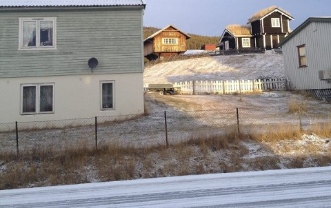 KROKHAUG: Fylkesveg 29 går gjennom Krokhaug. Politikerne ønsker en turveg i terrenget for mjuke trafikanter.