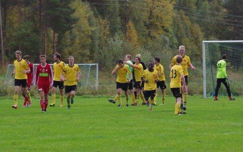 JUBEL: Tolga-Vingelen jubler etter scoring mot tabelltopp Brekken. Kampen endte 3-1.