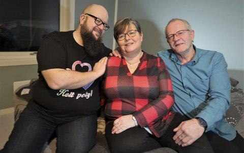 Tom Eirik Nilssen (44), Wiggo Johansen (64) og Rita Mariann Kristiansen (52) har valgt å bo og leve sammen i tresomhet. Og kjærligheten blomstrer, skal vi tro trioen. Om en måned feirer de ettårsjubileum sammen.