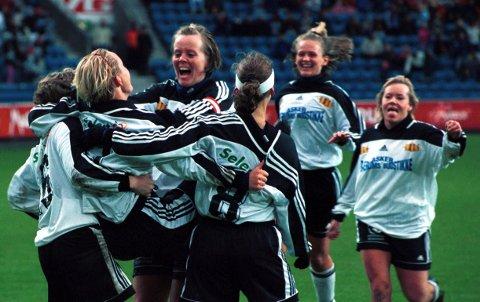 JUBEL: Kvinnefotball i Asker var tidligere synonymt med suksess. Bildet er fra cupfinalen i 2000.